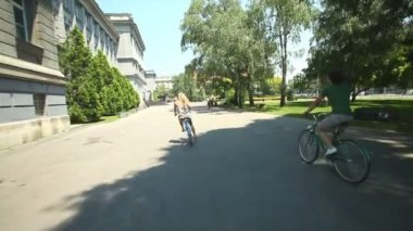 Couple cycling through park — Video Stock