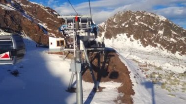 Ski lift view of skiers — Stock Video
