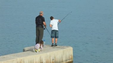 Family fishing — Stock Video