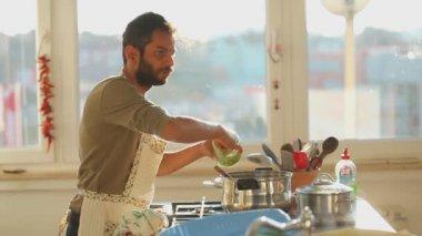Man preparing lunch in the kitchen — Stockvideo