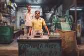 Vendor makes sugarcane juice — Fotografia Stock