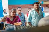 Indian couple selling food on a market — Stock Photo