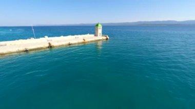 Petit phare dans le port de Bol — Vidéo