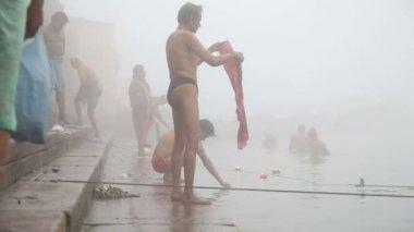 Mężczyzn, kąpieli w Gangesie mglisty — Wideo stockowe
