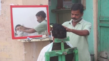 Barber shaving mustache to a local Indian man. — Stock Video
