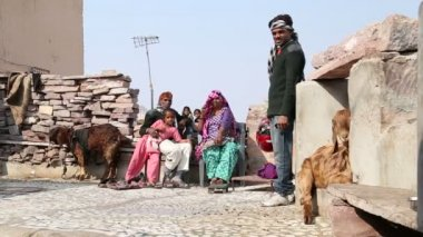 Indisk familj sitter på gården. — Stockvideo