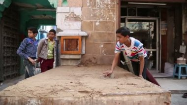 Indian boy realigning sand — Stock Video