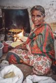 Indian female  fries vegatables. — Stock Photo