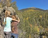 A Pair of Girls Admires a View of Agassiz Peak — Stock Photo