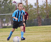 A Pair of Youth Soccer Players Compete — ストック写真