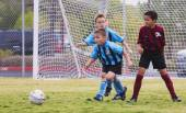 A Group of Youth Soccer Players Compete — Stock fotografie
