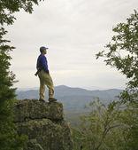 A Man Gazes at the Mountain Horizon — Stock Photo