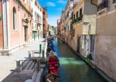 Canal con góndola en Venecia — Foto de Stock