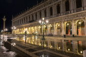 San Marco square with reflection on water at night, Venice — Foto Stock