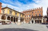 Базарная площадь dei синьоры со статуей dante в Вероне — Стоковое фото