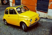 Yellow Fiat 500 in Rome. Italy — Стоковое фото