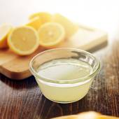 Freshly squeezed lemon — Stock Photo