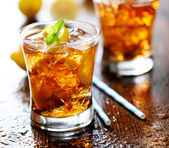 Sweet tea with lemon slices — Stock Photo