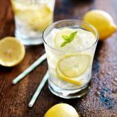 Dvě sklenice s limonádou — Stock fotografie