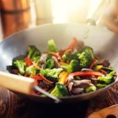 Asya wok sığır eti ve sebze stir fry ile — Stok fotoğraf
