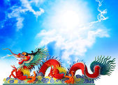 Red chinese dragon stucco arts with cloud and blue sky backgroun — Foto Stock