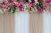 Achtergrond bloemen regeling voor ceremonie van het huwelijk. — Stockfoto