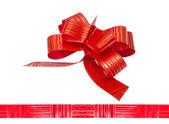 блестящая красная атласная лента на белом фоне — Стоковое фото