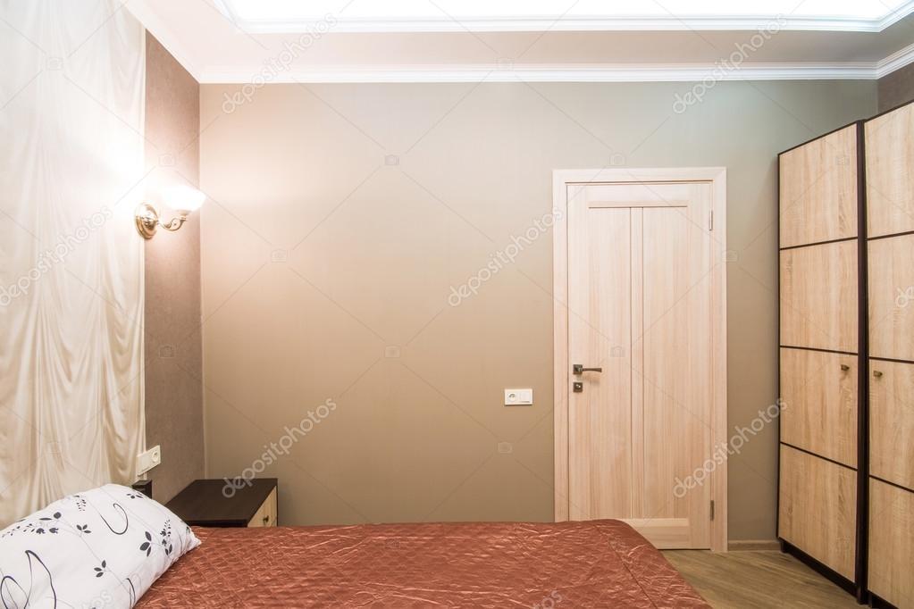 Habitación de Hotel. Dormitorio pequeño con cama de matrimonio ...