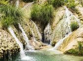 Cachoeira e lago de montanha — Foto Stock