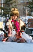 The Nenets woman holds deer meat in hand — Stock Photo