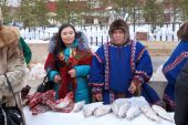 Aboriginals of Siberia trade in fish and meat — Stock Photo