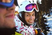 Felizes meninas snowboard nas montanhas de inverno — Fotografia Stock