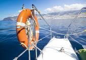 Lifebuoy em catamaran de vela — Fotografia Stock