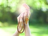 Christelijke gebed met rozenkrans in handen — Stockfoto