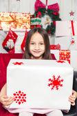 Little girl holding a Christmas gift — Fotografia Stock