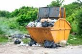 Yellow dumpster — Stok fotoğraf