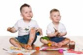 Zwei kleine Jungs malen — Stockfoto