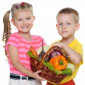 子供保持野菜バスケット — ストック写真