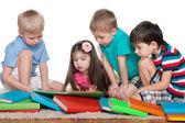 Cuatro niños con libros — Foto de Stock