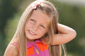 Outdoor portrait of a smiling little girl — Stock fotografie