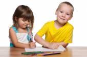 Enfants dessine au comptoir — Photo