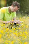 Περιβαλλοντικοσ επιστήμονας έρευνα τη περιβάλλον και φυσικό d — Φωτογραφία Αρχείου