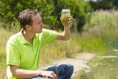 Cientista ambiental pesquisando o ambiente e natural d — Fotografia Stock