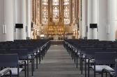 Stolar framför altaret i kyrkan — Stockfoto