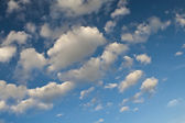 Blue daylight summer sky with picturesque clouds. — Stock Photo