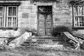 Vecchia porta in legno con scala in bianco e nero — Foto Stock