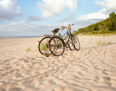 Two bicycles parked on beach — Stockfoto