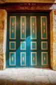 Green vintage door spotlit by sunlight — Stock Photo