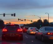 与汽车在晚上交通路 — 图库照片
