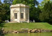 Marie Antoinette estate in the parc of Versailles Palace — Stock Photo
